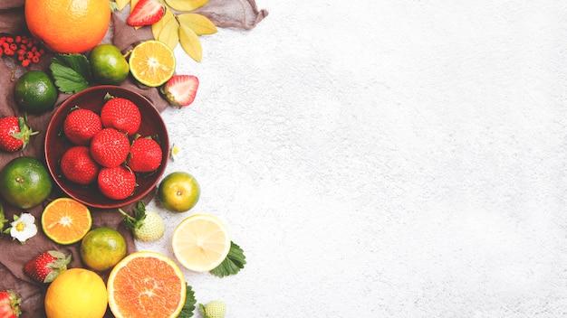Fundo de frutas frescas. em uma mesa branca.