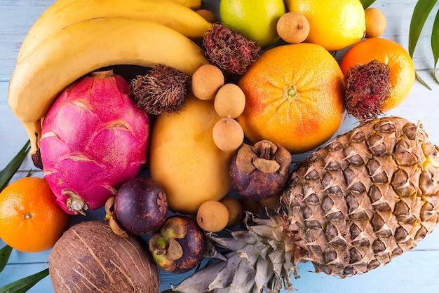 Fundo de frutas tropicais, muitas frutas tropicais maduras coloridas