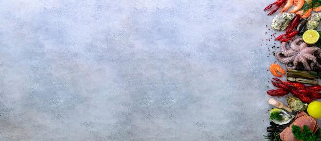 Fundo de frutos do mar - mexilhões frescos, moluscos, ostras, polvo, conchas de barbear, camarões, caranguejo, lagosta, lagostas, algas, limão, especiarias.