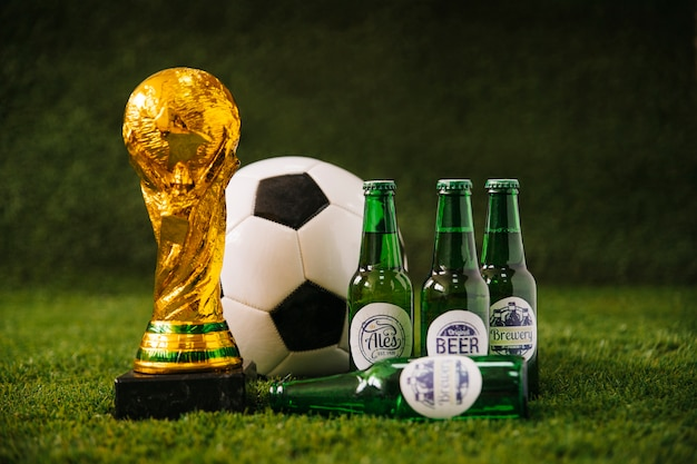 Fundo de futebol com bola de cerveja e troféu