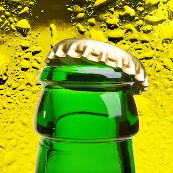 Fundo de garrafa aberta de cerveja gelada