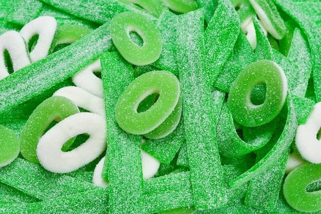 Fundo de gomas doces verdes sortidas. vista do topo. doces de gelatina.