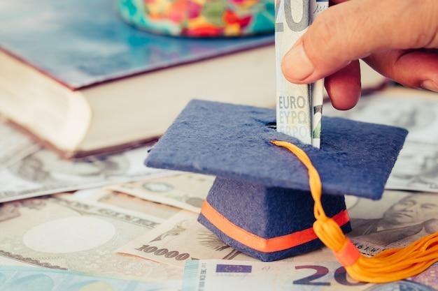 Fundo de graduação para poupar dinheiros de pós-graduação estudar ensino superior no futuro