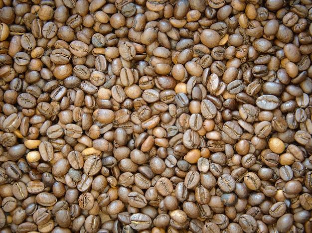 Fundo de grãos de café torrado marrom. grãos de café frescos prontos para o moedor.