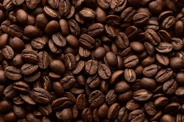 Fundo de grãos de café torrados. feche a vista de cima.