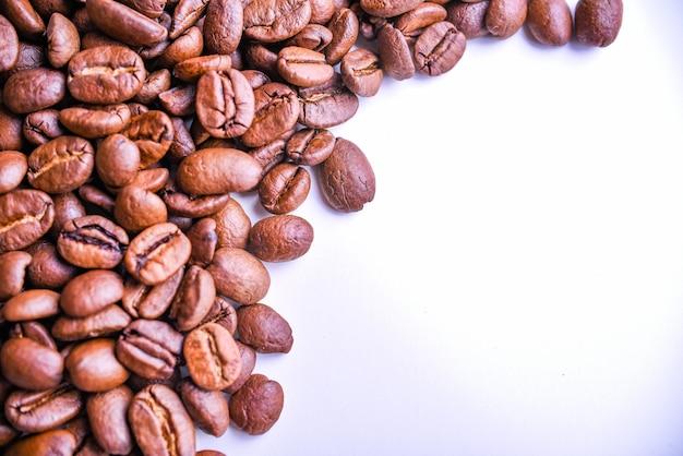 Fundo de grãos de café torrados. vista do topo. copie o espaço