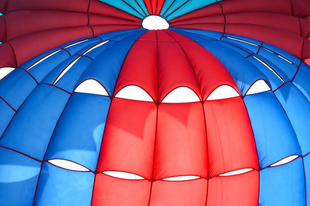 Fundo de guarda-chuva de pára-quedas de água a voar.