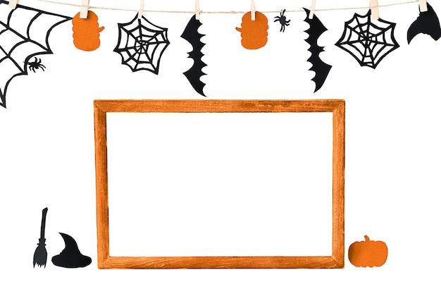 Fundo de halloween com moldura laranja e assessórios isolados no branco