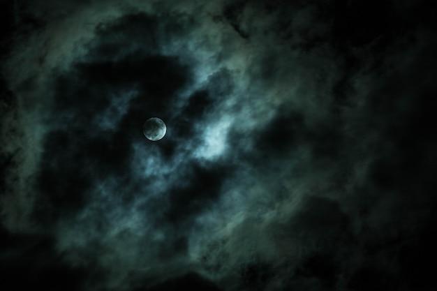 Fundo de halloween da lua à noite com nuvens dramáticas
