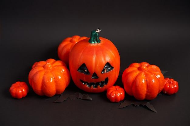 Fundo de halloween, laranja decorativo plástico abóbora papel morcego preto papelão padrão de cartão de ação de graças