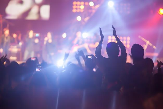 Fundo de imagem embaçada de um grande concerto de audiência no grande show de rock.