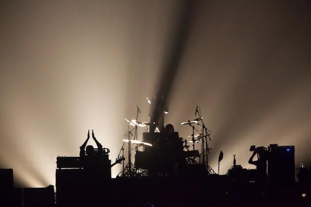 Fundo de imagem embaçada dos músicos rock no grande show de rock.