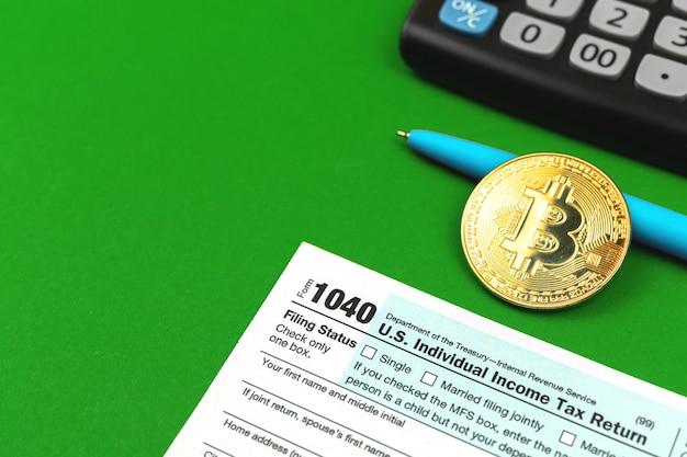 Fundo de impostos e bitcoin, área de trabalho do escritório com calculadora e moeda criptomoeda