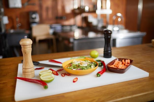 Fundo de ingredientes alimentares picantes na mesa