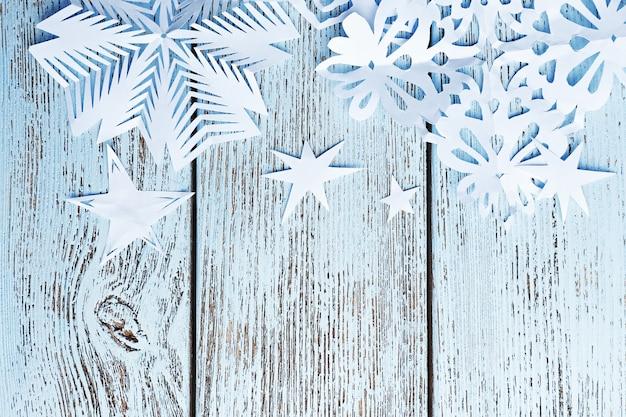 Fundo de inverno com floco de neve em fundo de madeira