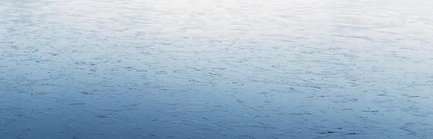 Fundo de inverno de gelo no rio com uma textura leve, panorama
