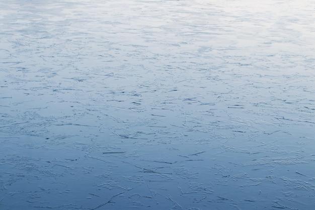 Fundo de inverno de gelo no rio com uma textura leve
