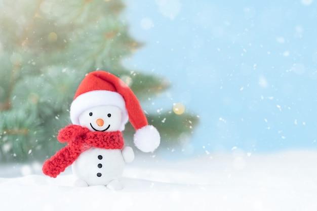 Fundo de inverno de natal com boneco de neve na frente da árvore de natal