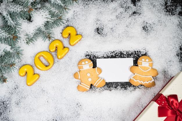 Fundo de inverno de natal com pão de mel na neve cartão de visita vazio vista superior cópia espaço