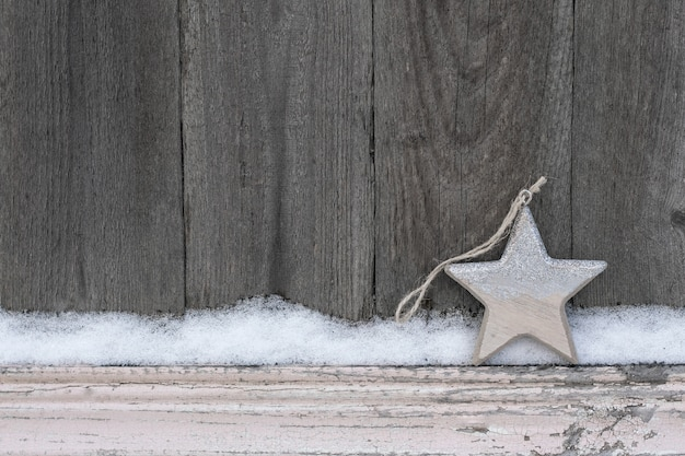 Fundo de inverno rústico com estrela de natal de madeira