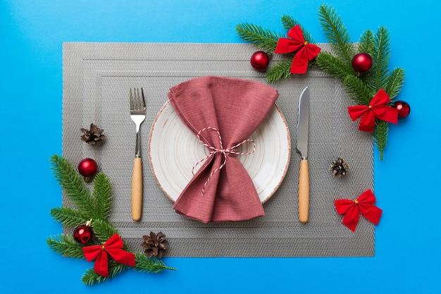 Fundo de jantar de natal com decorações rústicas e utensílios de cozinha. vista de cima.