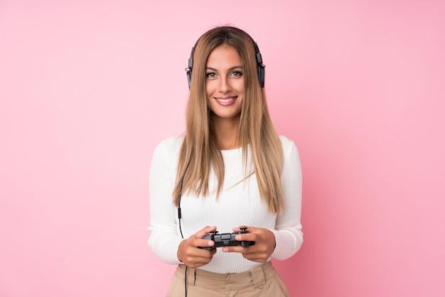 Fundo de jovem loira jogando videogame