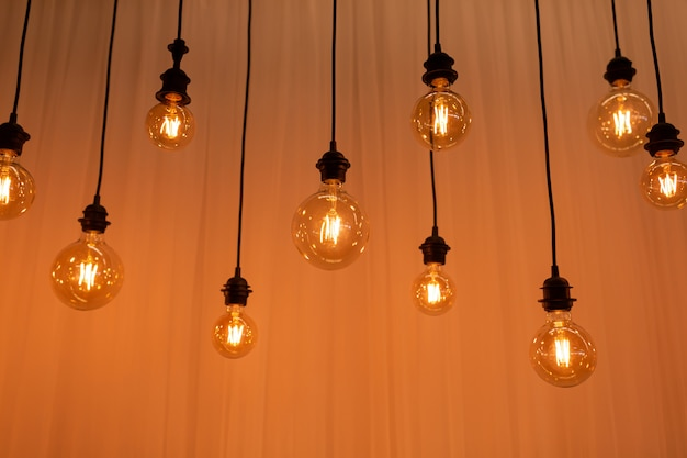 Fundo de lâmpada de edison. lâmpadas vintage sobre fundo de concreto. foco seletivo
