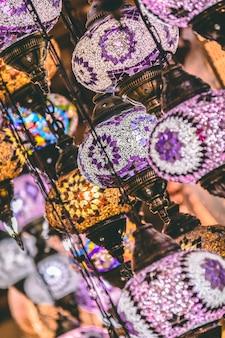 Fundo de lâmpadas e lanternas de mosaico marroquino ou turco; foco seletivo