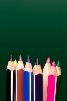 Fundo de lápis de cor sobre papel verde