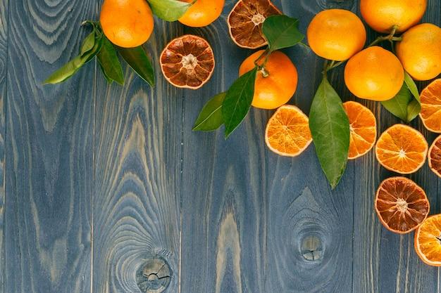 Fundo de laranjas secas em um piso de madeira.
