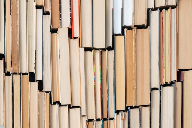 Fundo de livro vintage. pilha de livros de capa dura velhos e usados