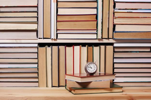 Fundo de livros. livros de perto. livros na prateleira.