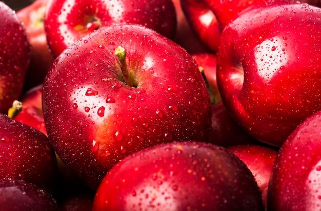 Fundo de maçãs vermelhas com gotas de água