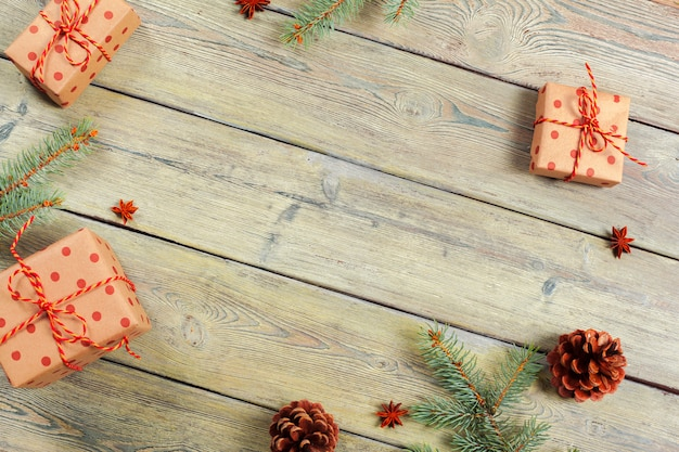 Fundo de madeira branco da tabela com árvore de natal e opinião superior das decorações.