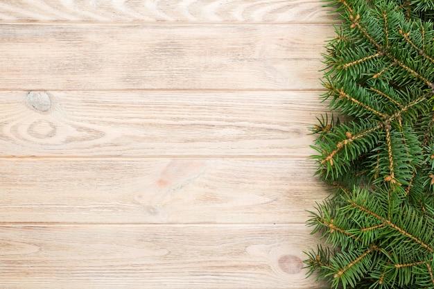 Fundo de madeira cinza de natal com espaço de árvore e cópia de abeto. vista superior, espaço vazio