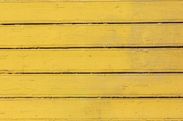 Fundo de madeira colorido amarelo.