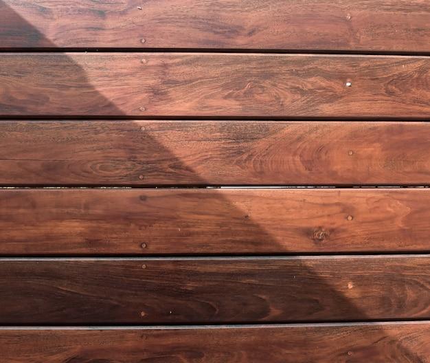 Fundo de madeira com alto contraste de luz e sombra