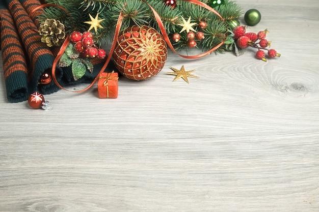 Fundo de madeira com decorações de natal