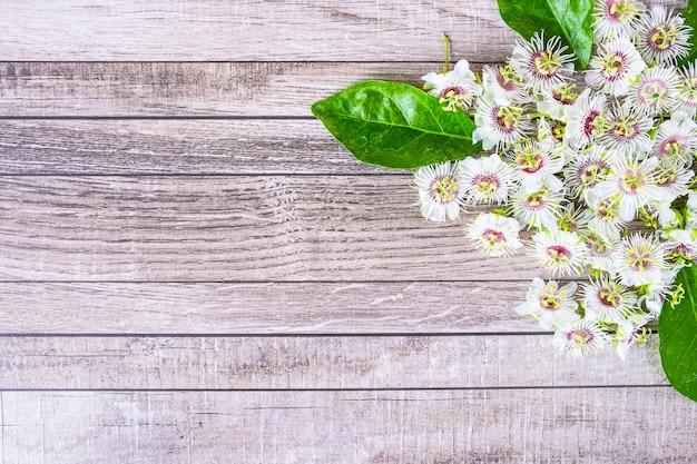 Fundo de madeira com flores
