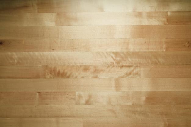 Fundo de madeira da mesa na luminosidade reduzida.
