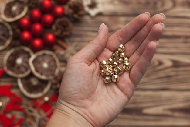 Fundo de madeira de natal com brinquedos artesanais de árvore de natal