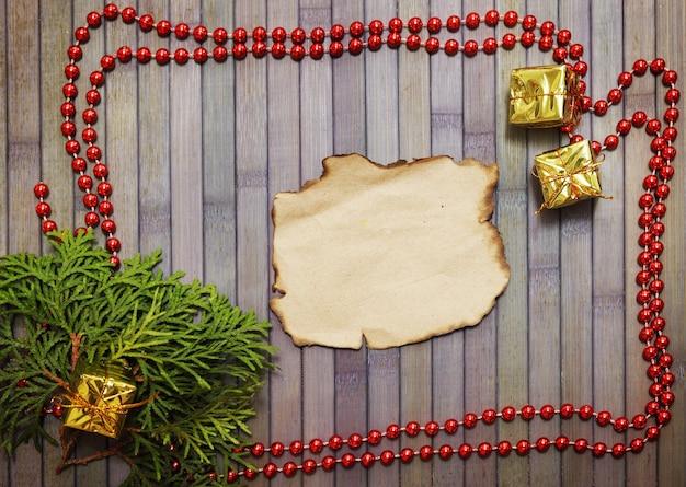Fundo de madeira de natal com festão e ramo de abeto