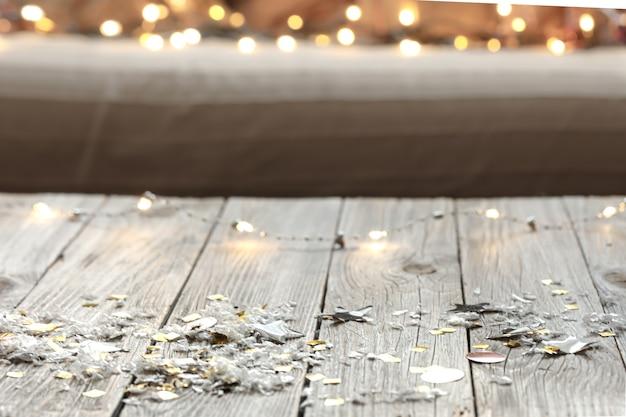 Fundo de madeira de natal com luzes desfocadas e detalhes decorativos.