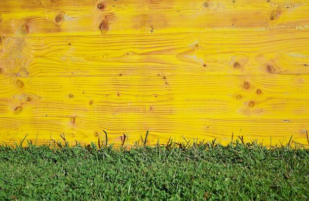 Fundo de madeira e grama