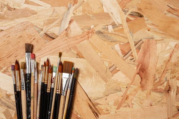 Fundo de madeira e pequenos pincéis