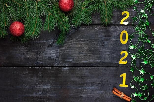 Fundo de madeira escura de natal com ramos de pinheiro guirlanda de ano novo