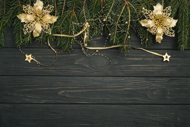 Fundo de madeira escura de natal ou ano novo, quadro preto de natal emoldurado com decorações da estação, vista de cima