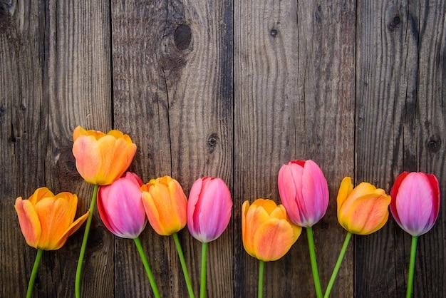Fundo de madeira horizontal com tulipas, com espaço de cópia