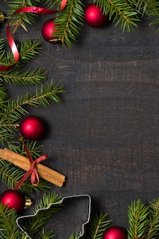 Fundo de madeira rústico escuro com decoração de natal, quadro de abeto.
