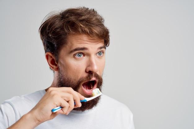 Fundo de manhã isolado pasta de dentes de higiene de homem emocional